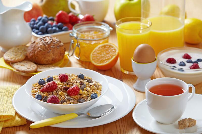 Tirando o ovo, todos os outros precisam ser analisados: pães, cereais, danone, frutas e suco de frutas.